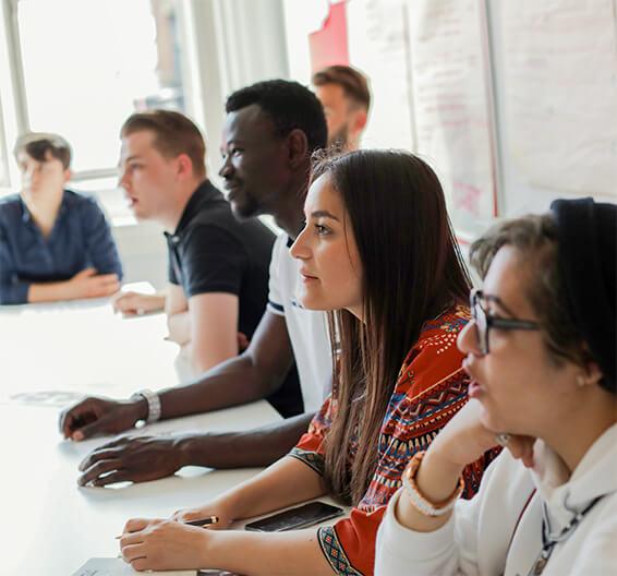 Estudiantes en una clase de inglés en BSC Manchester
